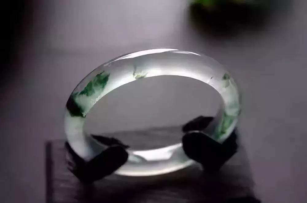 玻璃种飘花翡翠