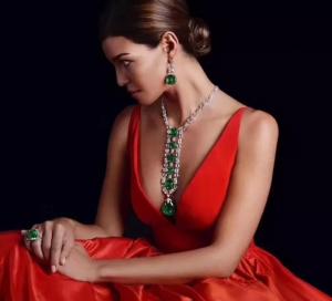 全身戴着珠宝的美女