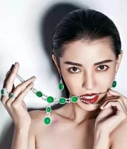 女明星佩戴上精美翡翠耳饰、手镯、戒指、项珠或项坠
